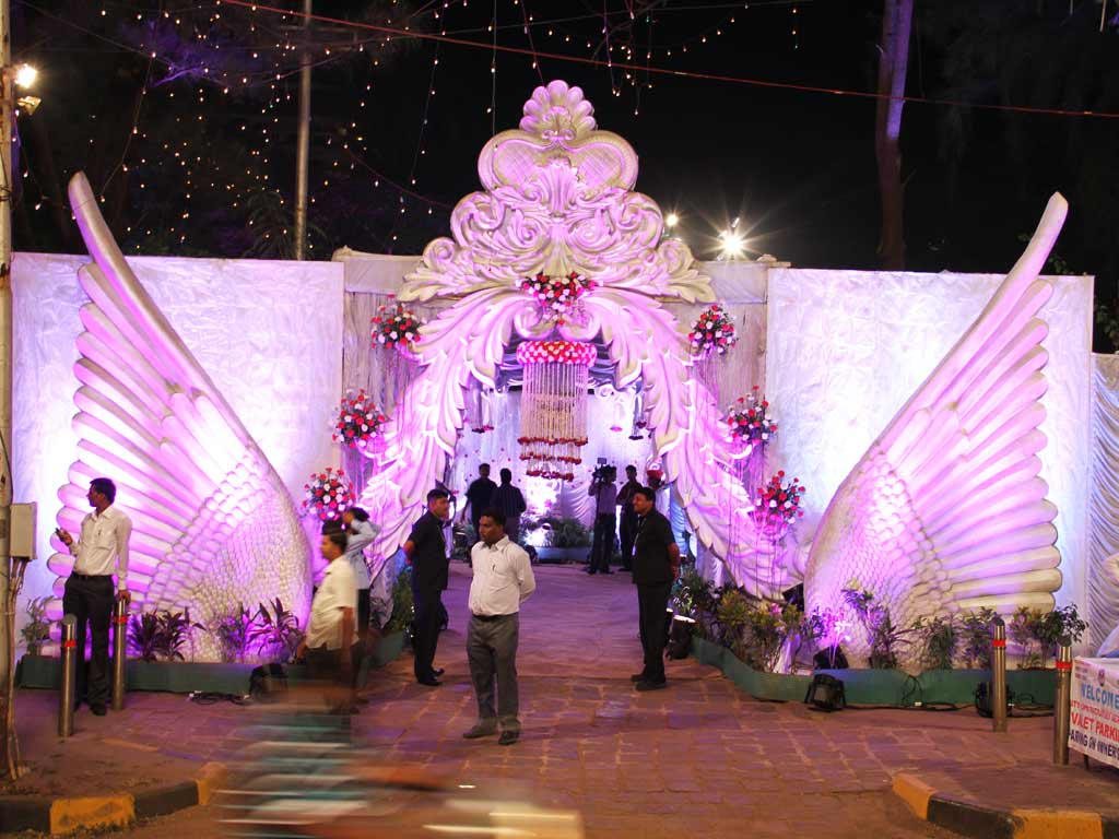 Entrance gate decoration for grand wedding at Parsi Gymkhana - Jess ...