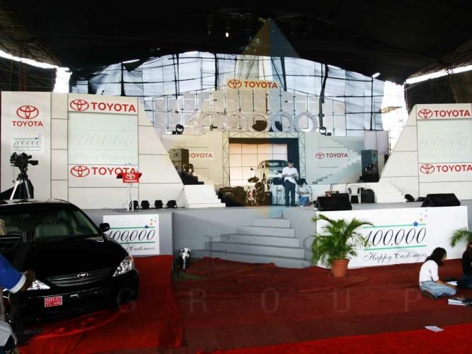 Toyota Celebrates sale of 100 Thousand Cars facade area